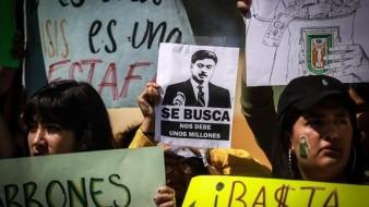 Estudiantes de la UABC se manifestaron el 10 de octubre para exigirle a Francisco Vega de Lamadrid el pago de la deuda.
