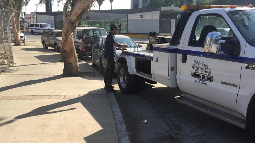 """Un total de 27 automóviles fueron remolcados al implementarse el operativo """"Cero Tolerancia"""" en Zona Centro y Playas de Tijuana hoypor la mañana.(Cortesía)"""