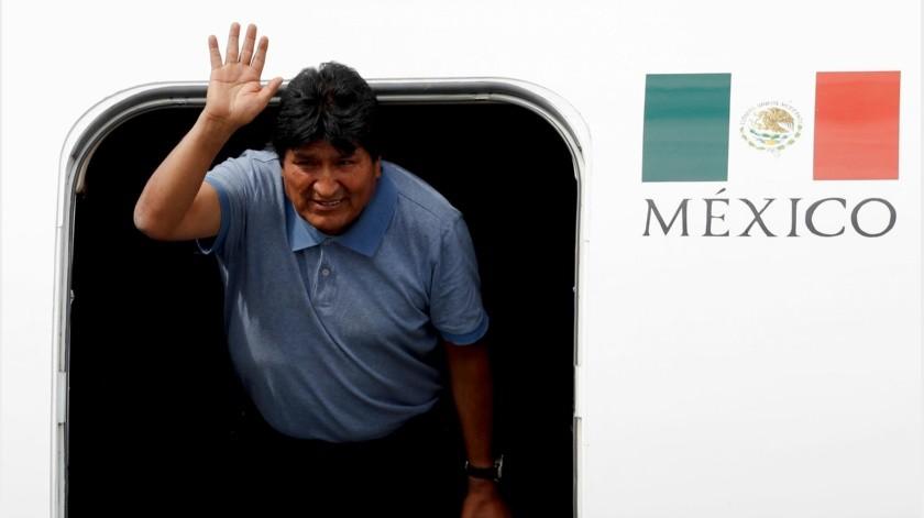 """Ebrard relató que ese fue """"el peor momento"""" y que, de haberse prolongado, podría haber puesto en riesgo la integridad del exmandatario, porque en los alrededores del aeródromo había seguidores de Morales y en el interior elementos del ejército.(AP)"""