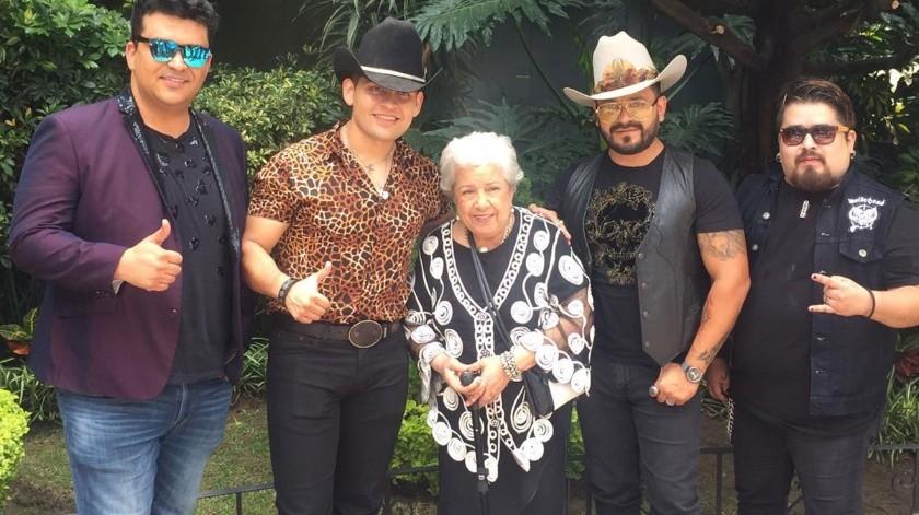 La banda Buyuchek, que tuvo que interrumpir la grabación de su último disco para trabajar con la abuelita, tiene la mente puesta en hacer más música con Irma Silva.(Tomada de la red)