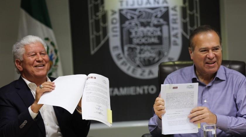 El presidente municipal Arturo González Cruz encabezó este miércoles la firma de dos convenios de colaboración para promover el desarrollo ordenado y sustentable de viviendas en la ciudad a través de la modernización y simplificación de trámites.(Cortesía)