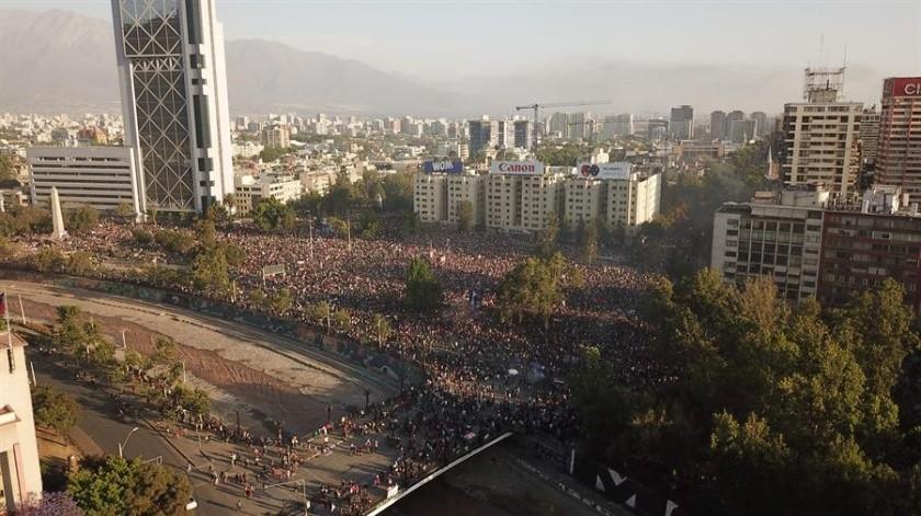 Los ciudadanos que se acercaron este miércoles a la Plaza Italia de la capital chilena, epicentro de las protestas contra el Gobierno y el desigual modelo económico del país...(EFE)