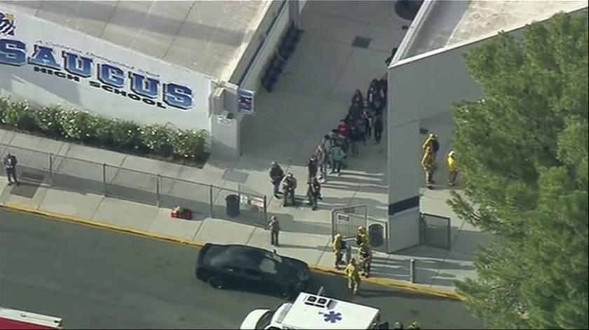 Al menos seis personas resultaron hoy heridas en un tiroteo registrado en la escuela preparatoria Saugus, en el vecindario de Santa Clarita, al norte de Los Ángeles (EU).(AP)