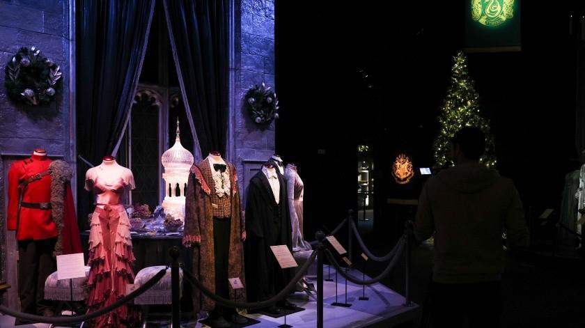 """La lluvia y el viento acompañaron hoy el sentimiento de magia que se respiraba en la inauguración de la exposición """"Harry Potter, the Exhibition"""" en Lisboa, en la que los fans portugueses podrán conocer de primera mano las criaturas, vestimentas y objetos que aparecen a lo largo de las ocho películas de la saga.(EFE)"""