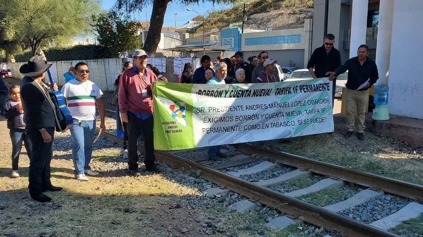 Bloquean vías del ferrocarril en Nogales.