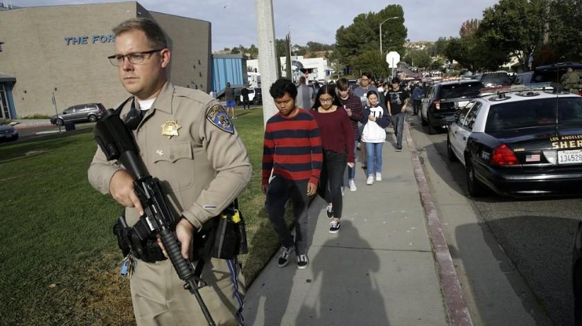 Dos víctimas mortales y varios heridos es el saldo que dejó un tiroteo a manos de un estudiante en una secundaria de Santa Clarita, en Los Ángeles.(AP.)