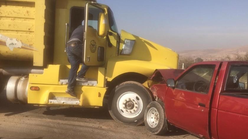 Un conductor resultó lesionado al ser impactado por un camión de volteo que invadió carril en el corredor 2000 esta mañana.(Cortesía)