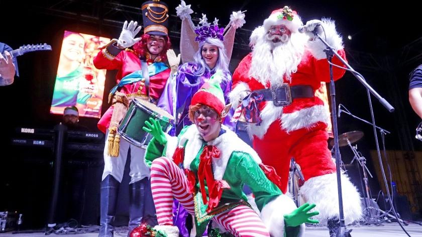 Frente a decenas de familias, sobre todo conformadas por niños pequeños, la empresa Coca-Cola llevó a cabo el encendido de su tradicional árbol de Navidad.