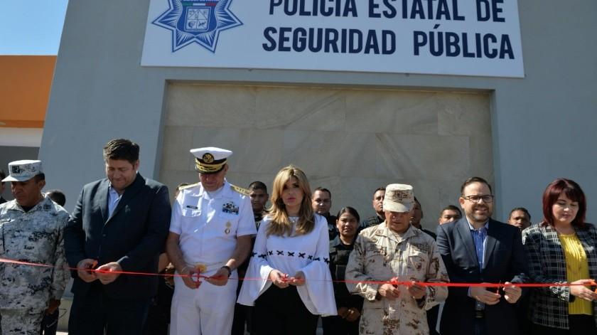 La gobernadora Claudia Pavlovich, acompañada por diferentes autoridades, corta el listón en la inauguración de las nuevas instalaciones de la PES.(EL IMPARCIAL)