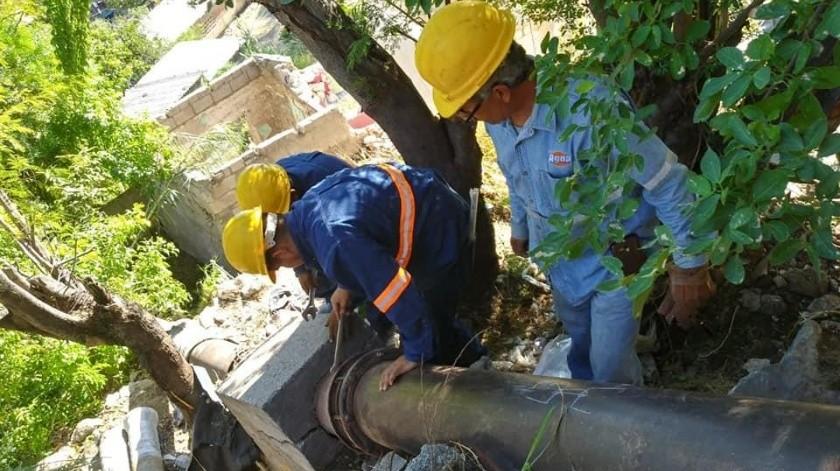 Realizan la reparación de la tubería de acero de 12 pulgadas que fue vandalizada y tiene sin agua a más de mil 500 usuarios en las colonias El Coloso, Ranchito y Rinconada de la Cruz.(Especial)