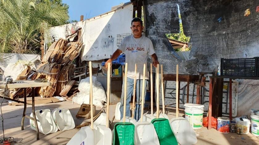 Juan Lorenzo Alarcón Rodríguez muestra los recogedores que elabora con objetos que rescata de la basura.(Mayra Echeverría)