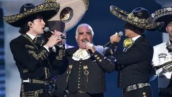Vicente Fernández, pese a su retiro de los escenarios, se subió a cantar en compañía de su hijo Alejandro y su nieto Alex.