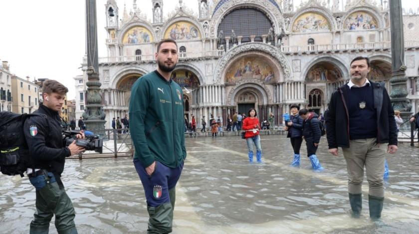El portero Gianluigi Donnarumma en la Plaza San Marcos durante una visita solidaria a Venecia tras la marea alta que puso a la ciudad de rodillas en Venecia(AP)