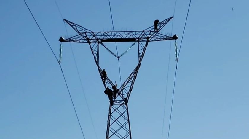 Hombre amenaza con lanzarse de torre de alta tensión de CFE en Guaymas