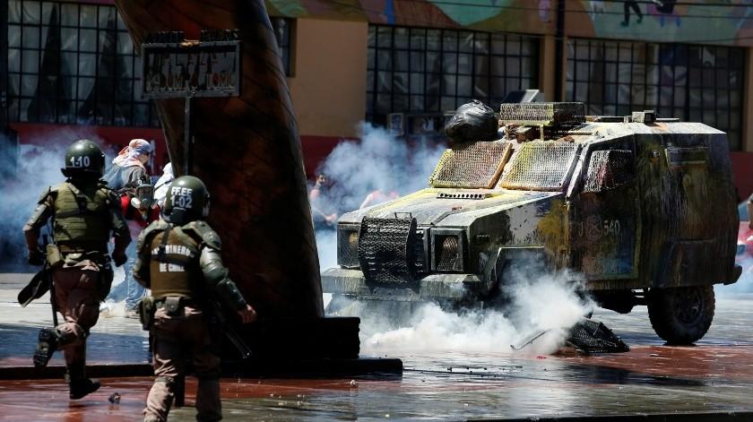 Vivir entre nubes de gas lacrimógeno, conoce la otra cara de las protestas en Chile(EFE)