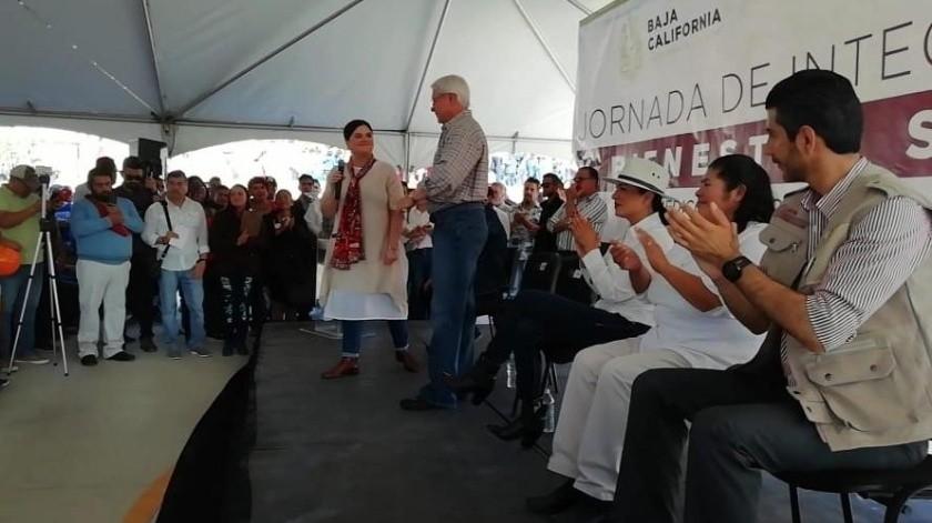 Cynthia Gissel acompañó al mandatario estatal durante una jornada de apoyo para beneficio de los habitantes del área de Valle de las Palmas.(Cortesía)