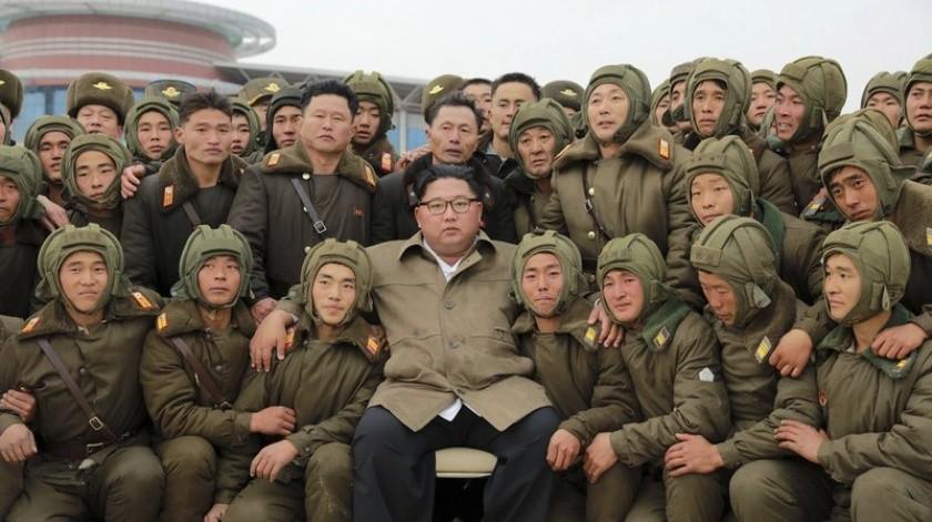 En esta fotografía sin fecha difundida el lunes 18 de noviembre de 2019 por el gobierno norcoreano, el gobernante norcoreano Kim Jon Un, al centro, posa con tiradores especializados y soldados de la fuerza aérea de su país en un lugar desconocido en Corea del Norte.(AP)
