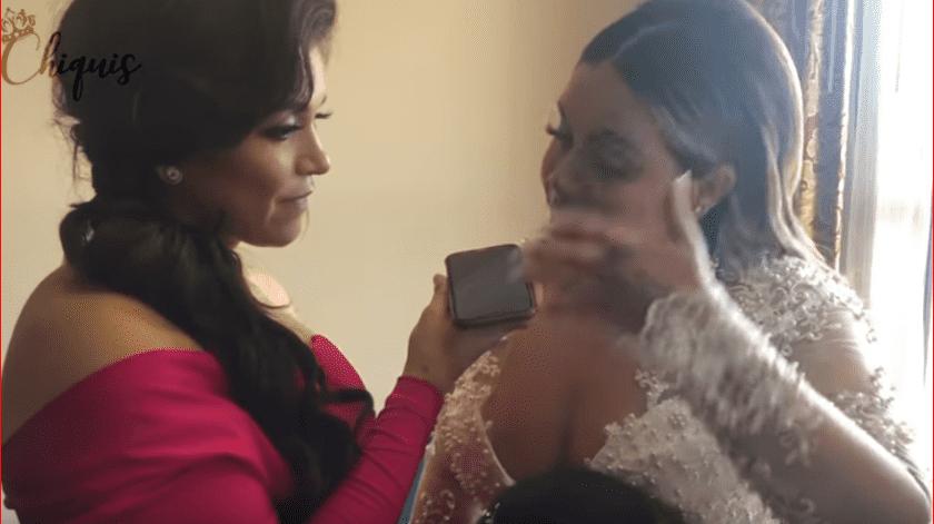 En un momento, ya vestida de novia, recibe una llamada de su padre, José Trinidad Marín, y rompe en llanto.