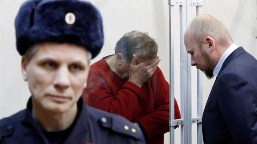 El reconocido historiador ruso Oleg Sokolov (centro) escucha a su abogado minutos antes del comienzo de su juicio, celebrado este lunes en San Petersburgo, Rusia.(EFE)