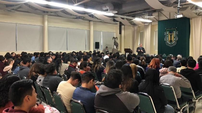 """Miguel Mora, presidente de la Cedhbc impartió en la UABC la conferencia """"El estudiante universitario ante la cultura de derechos humanos"""".(Cortesía)"""