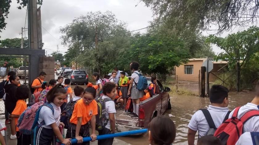 """Inundaciones en la escuela primaria """"Profesor Enrique Quijada"""" ubicada en la colonia El Llano, se presentaron ayer.(Cortesía)"""