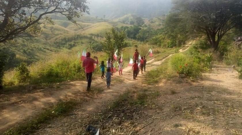 Los pequeños desfilaron por las calles sin pavimentar de la ranchería El Desengaño, municipio de Villa Corzo, Chiapas.(Juan J. Pérez)