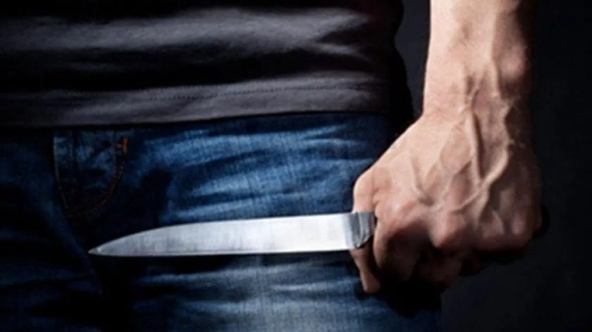 Intenta agredir a su papá con un cuchillo