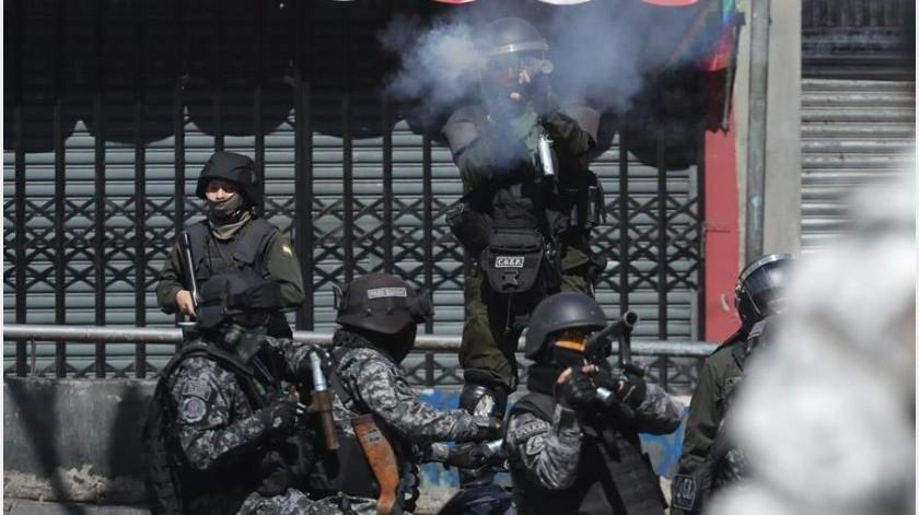 Un gesto simbólico fue cuando un grupo de manifestantes colocó uno de los ataúdes sobre una tanqueta militar.(EFE)