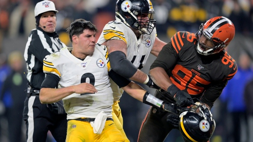 El defensive end de los Browns de Cleveland Myles Garrett después de golpear con el casco al quarterback de los Steelers de Pittsburgh Mason Rudolph en el cuarto periodo del juego del jueves 14 de noviembre de 2019, en Cleveland.(AP)