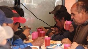 Con donativos de activistas, sirven alimentos a migrantes, mexicanos deportados y estadounidenses en situación de calle.