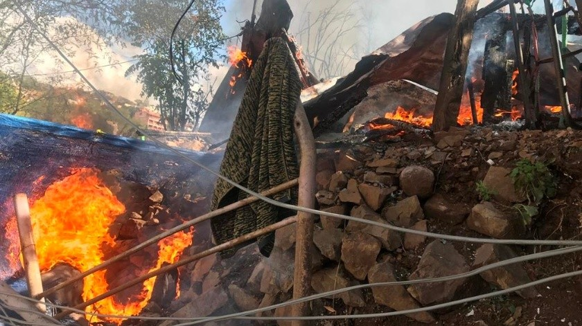 Rescata del fuego a esposa e hijos al quemarse casa(Manuel Jiménez)