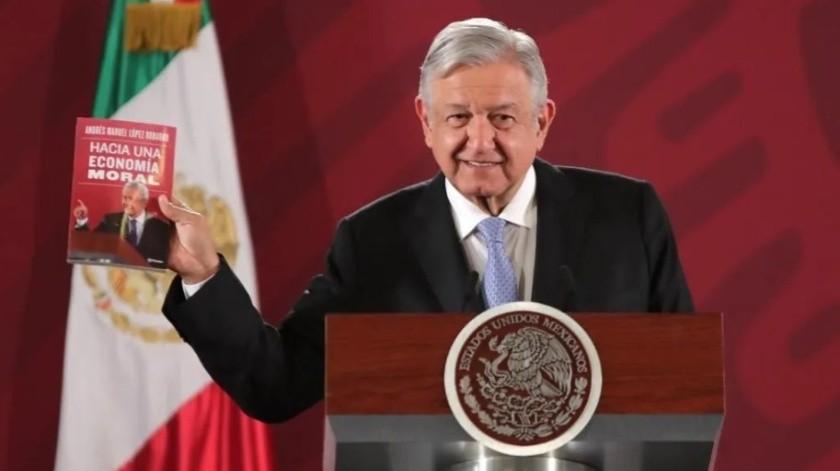 Andrés Manuel López Obrador presentó su libro durante su conferencia matutina en Palacio Nacional.