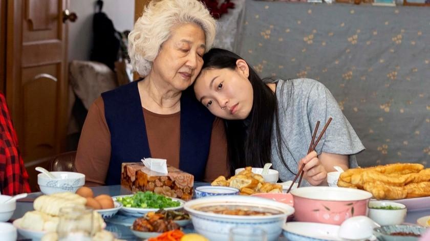 "Zhao Shuzhen y Awkwafina en una escena de ""The Farewell"".(AP)"