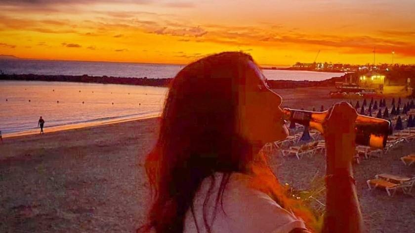 La famosa actriz mexicana Salma Hayek publicó unas fotos y un video en su cuenta de Instagram tomando alcohol a gusto en la playa.