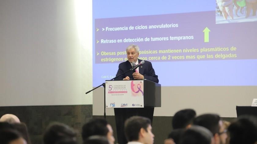 Francisco Ochoa Carrillo durante su conferencia en el Congreso de Oncología.(Anahí Velásquez)
