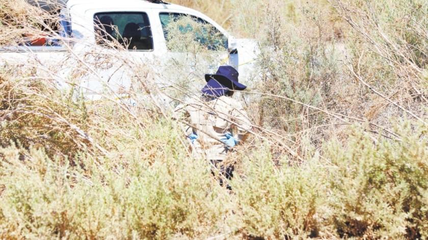Personal de la Fiscalía General del Estado, realiza la investigación sobre la persona muerta hallada sobre un camino vecinal del ejido Tlaxcala.