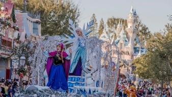 """Durante el desfile """"Christmas Fantasy"""" los invitados quedarán encantados con la maravilla de Frozen en una carroza mágica."""