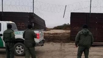 Rompen valla fronteriza y cruzan a EU en camioneta con 16 personas