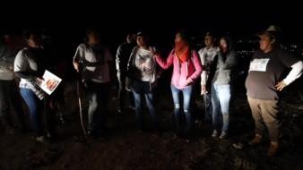Con varillas y palas en mano, tapabocas y botes de agua, un grupo de mujeres y hombres partió a una zona despoblada de la colonia 10 de mayo en búsqueda de un punto donde de manera anónima les habían informado que había una fosa clandestina.