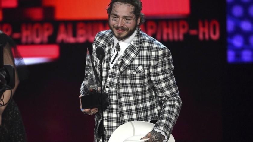 """Post Malone recibe el American Music Award al álbum favorito de rap/hip hop por """"Hollywood's Bleeding"""", el domingo 24 de noviembre del 2019 en Los Angeles. (Foto por Chris Pizzello/Invision/AP)"""