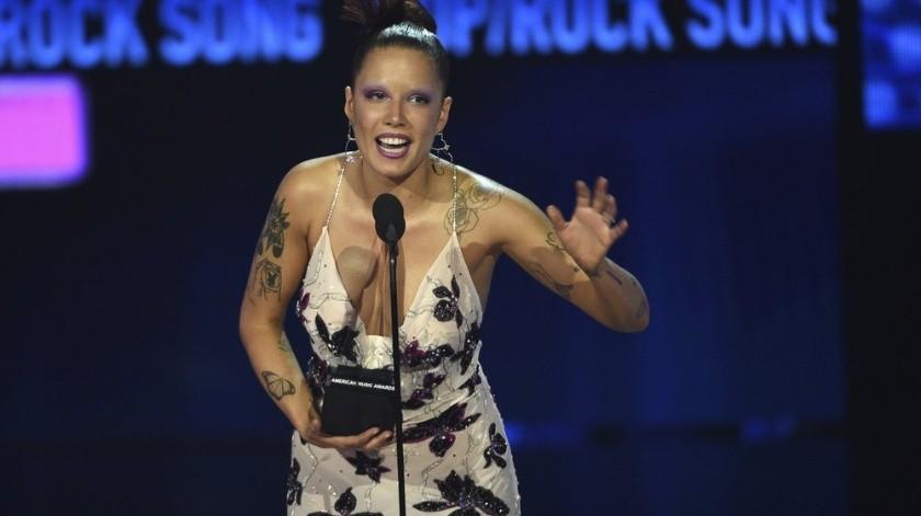 """Halsey recibe el American Music Award a la canción favorita de pop/rock por """"Without Me"""" el domingo 24 de noviembre del 2019 en Los Angeles. (Foto por Chris Pizzello/Invision/AP)"""