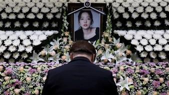 Un hombre surcoreano rinde sus respetos a la estrella de K-pop Goo Hara frente a un altar en su memoria en un hospital en Seúl.