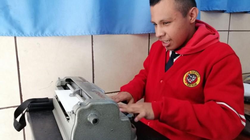 El sueño de Ángel es ser locutor de radio.(José Ibarra)