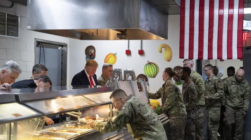 El presidente y la primera dama hicieron un viaje similar el año pasado a Irak en la noche de Navidad, el primero en una zona de conflicto activa.(AP)