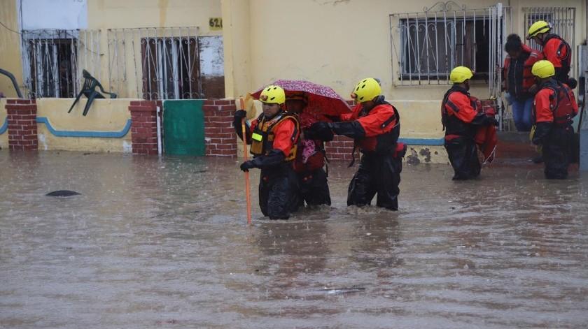 Elementos de la División de Rescate de la Dirección de Bomberos rescataron a los habitantes de las viviendas afectadas.(Sergio Ortiz)