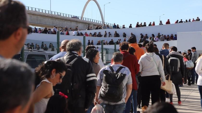 Este domingo se registran largas filas en la línea peatonal para cruzar a Estados Unidos por la garita de El Chaparral.(Sergio Ortiz)