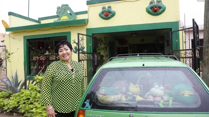 Alejandrina Lagarda vive en la colonia Miguel Hidalgo y tiene más de dos mil ranas que decoran su casa.(Julián Ortega)