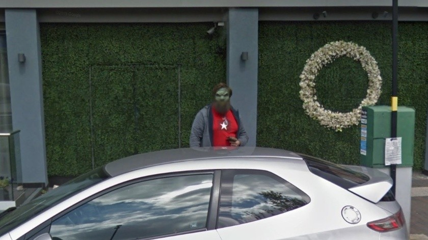 Busca estacionamiento con Google Maps y de pronto se topa con un barbudo verde