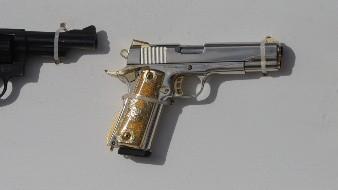 Sube revisión de antecedentes para compra de armas en EU