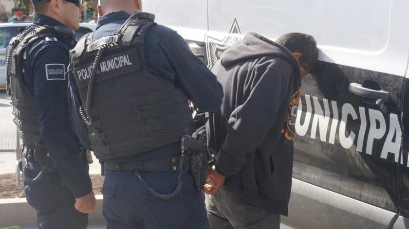 Los uniformados le colocaron los candados de mano al individuo, dándole lectura de los derechos constitucionales que le asisten como persona detenida.(Cortesía)
